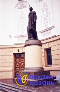 Памятник Тукаю у оперного театра.