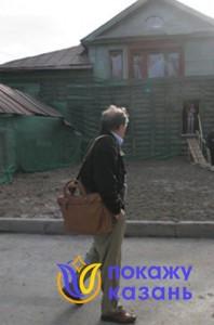 Аксенов у дома на улице К.Маркса.