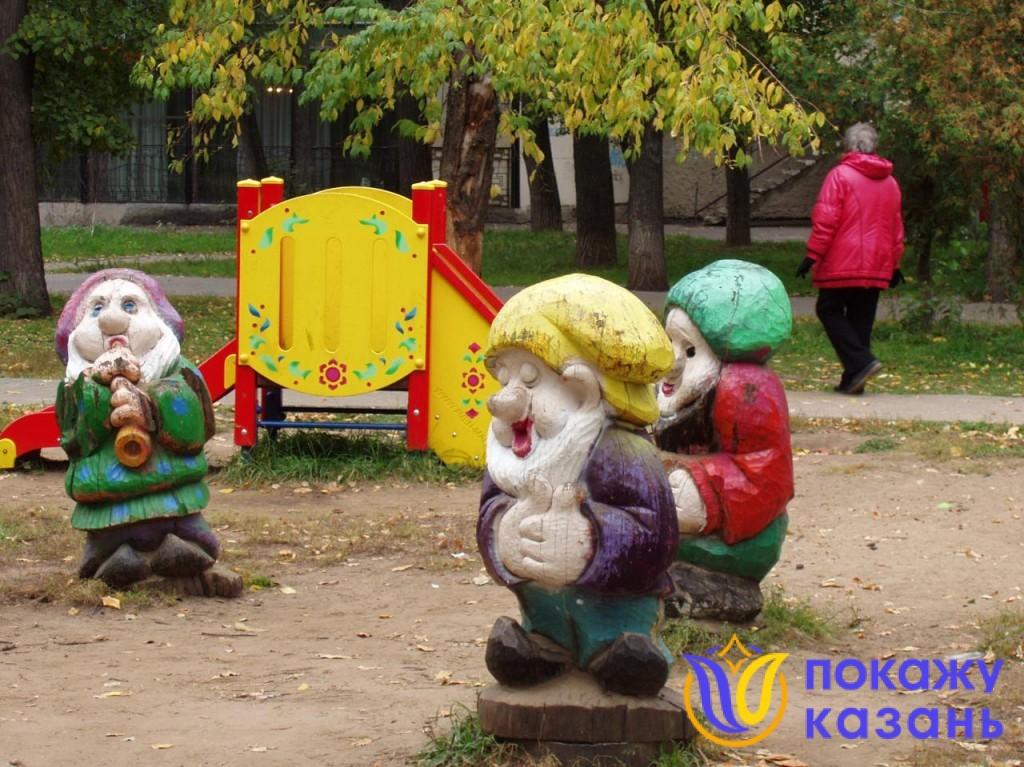 Гномы расположились на детской площадке