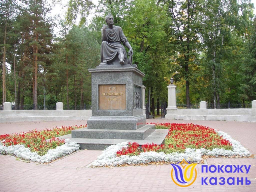 На постаменте памятника в аллегорической форме изображены просвещение, побеждающее невежество, и образы Дня и Ночи.