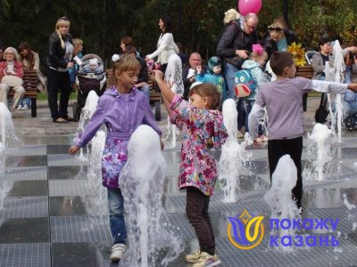 Некоторые детишки «выращивают» фонтаны, изображая, будто фонтан вырастает вслед за движением их рук