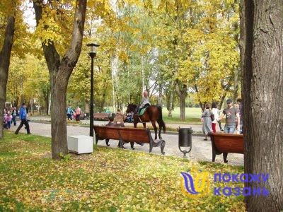 На аллее расположены стильные скамейки, фонари и урны, сделанные под старину. Они великолепно вписываются в ансамбль старинного парка.