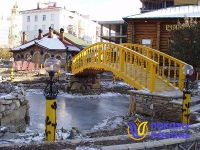 В деревеньке есть настоящий пруд с перекинутым через него крутым, ярко раскрашенным мостиком.