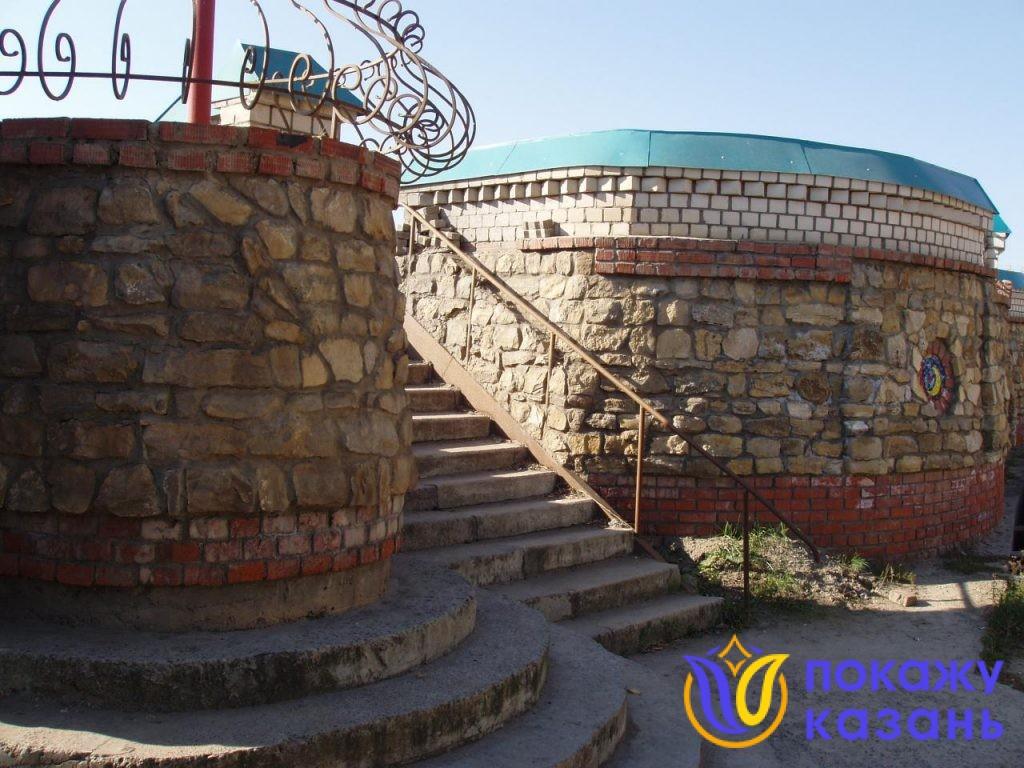 Храм расположен намного ниже уровня автомобильной дороги. Чтобы подойти к нему, нужно спустится по каменной лесенке