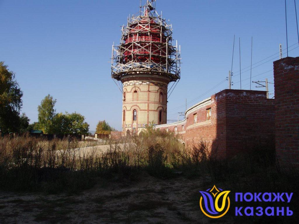 Одна из башен явно должна была быть соединена с общим объемом здания, но так и осталась в одиночестве на пустыре среди разбросанных бетонных блоков