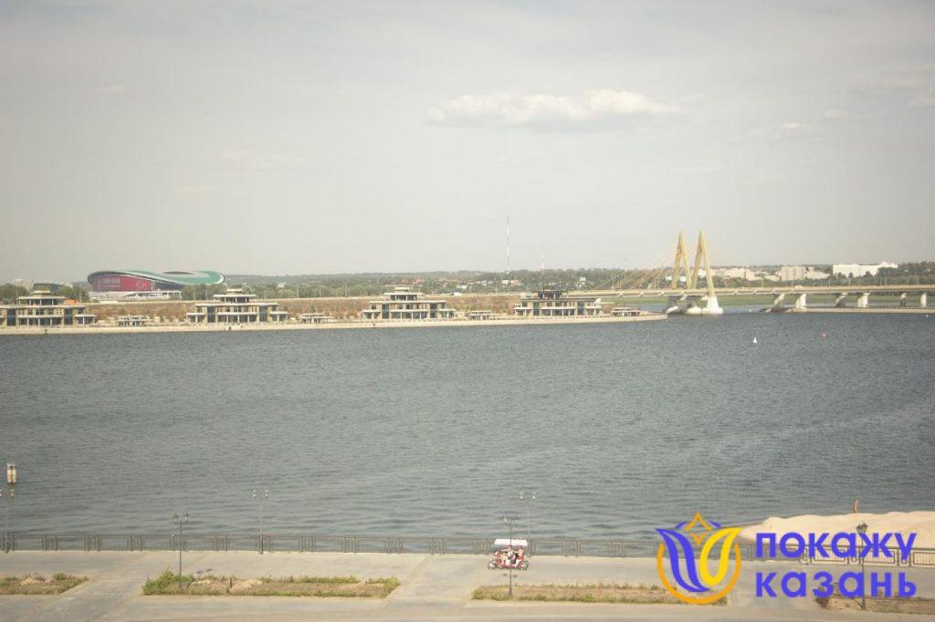 Хорошо виден мост «Миллениум», стадион «Казань-Арена», аквапарк «Ривьера», высотные жилые дома.