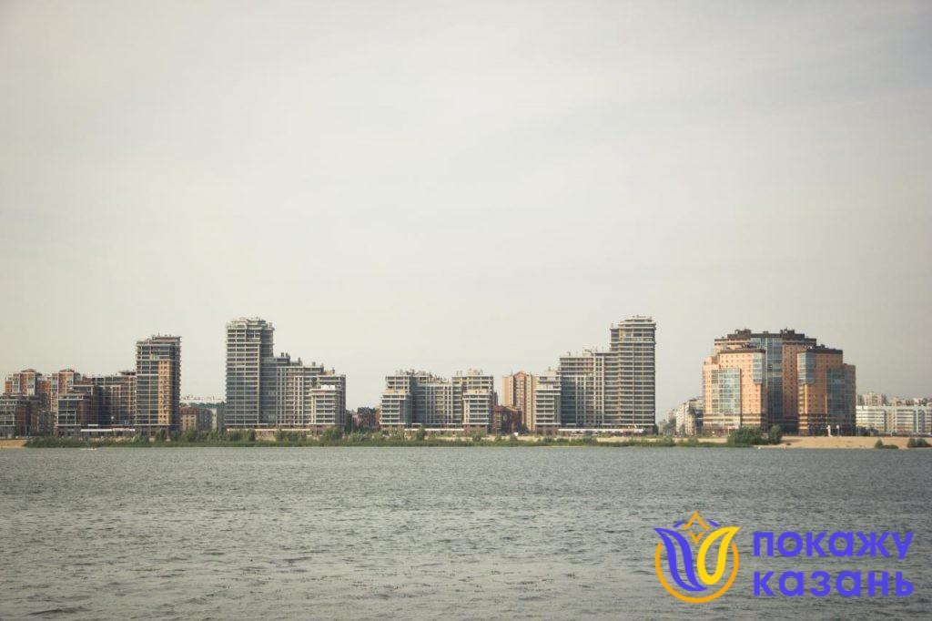 Можно полюбоваться акваторией Казанки, ее правым берегом, на котором расположен Ново-Савиновский район Казани.
